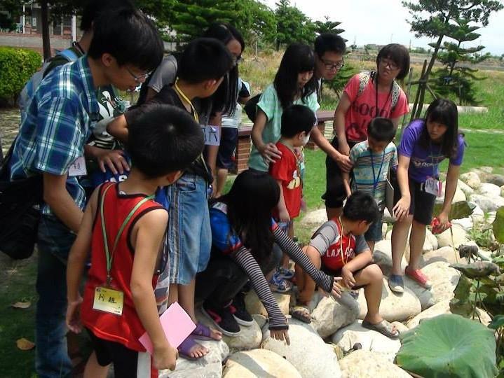路克鹿服務團發起「走讀社區」計畫,透過鹿港當地青年志工帶領,藉由親身體會讓當地孩童更了解鹿港文化之美。(照片由路克鹿服務團提供)