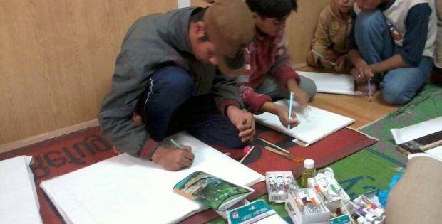 Children-drawing-at-Zaatari-camp