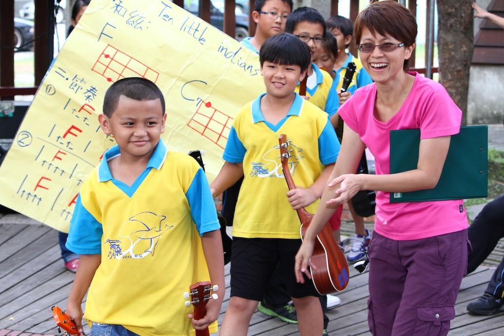 北濱的孩子們,帶著靦腆的笑容,在林佳蓉老師的陪伴下,出席花蓮鐵道文化園區的活動。