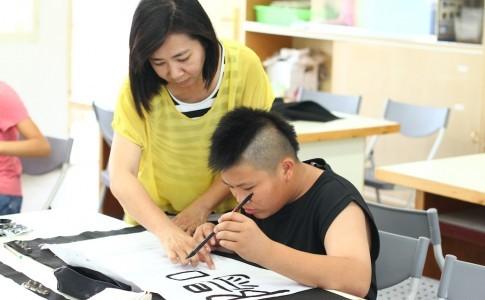 意象書法,很鼓勵孩子表達自己的想法跟思維,師生間會有很多的指導跟互動。