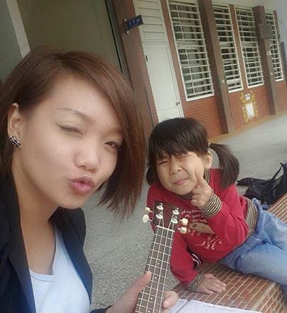 跟北濱的孩子〈還是別人家的〉邊彈烏克麗麗,邊搞自拍的「歐媽」呂靜怡。