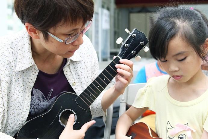烏克麗麗社團的佳蓉老師,平日會一起參與練習,關心孩子的琴藝跟生活。