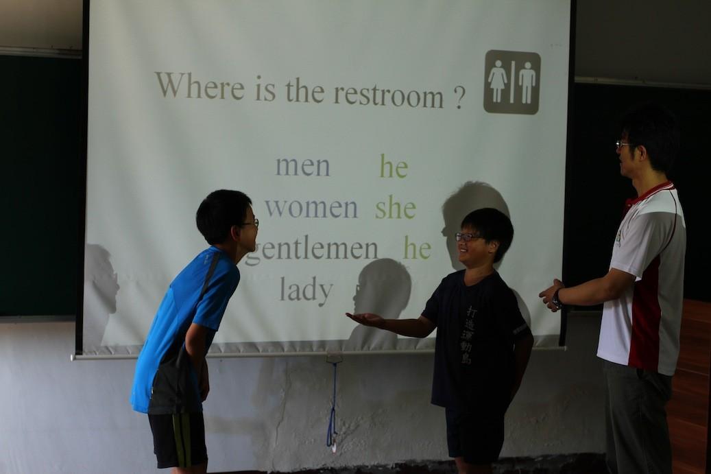 在夏威夷時,突然肚子疼,要怎麼找到男生廁所?是學校特別為孩子開立的英文情境教學。
