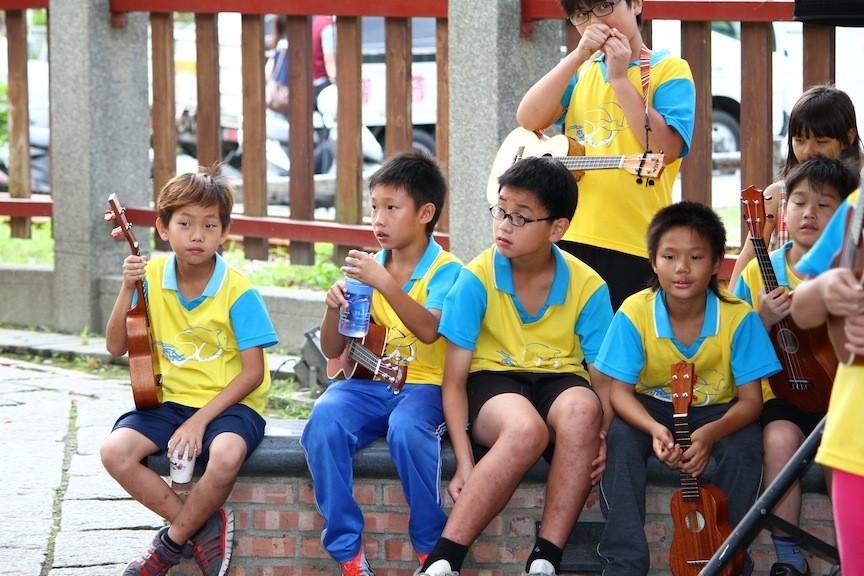 台上一分鐘,台下十年功,孩子們在等待區休息、喝喝水,偶爾也會出現放空的表情。