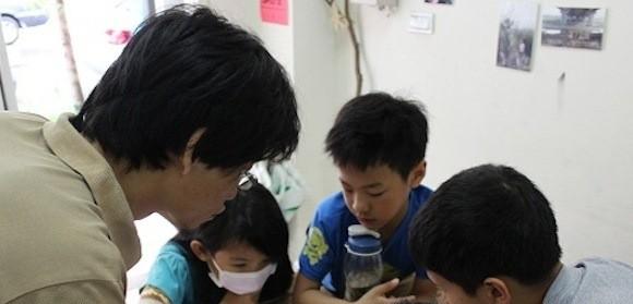 盧駿逸(左)透過互動的方式與學生討論議題,並培養學生的獨立思考能力。