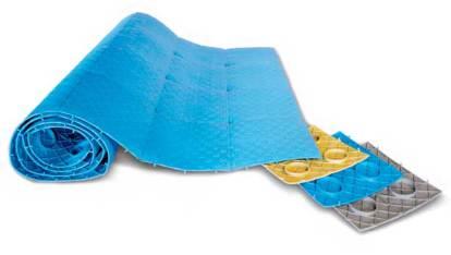 這是一張產品照片,中央放置的是一捲藍色的沙灘墊,材料是塑膠的,背面有圓形突出設計,右手邊放置了三小塊不同顏色的沙灘墊樣本。
