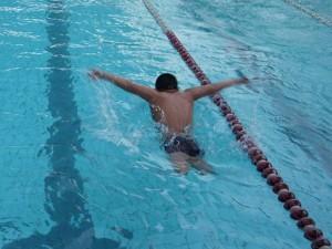 無腿小泳士陳亮達不畏困難,學習游泳九年,現在已經能游出高難度的蝶式