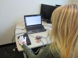 穿戴式電腦科技,讓人在忙碌的同時學讀寫點字。Photo Credit:Georgia Institute of Technology