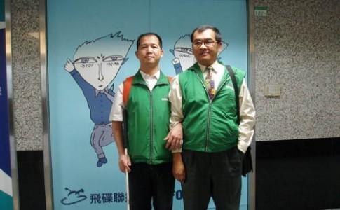 豪聰(左)與店長張重昇一起上飛碟電台接受「瞎密聽我說」節目專訪。