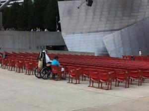 圖片敘述:座位區的一角。音樂會開場前提早到的觀眾,輪椅使用者直接停進預先空出的位置,旁邊坐的是一位友人。