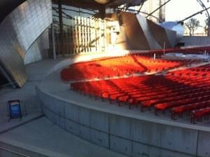 入冬後補貼照片,側拍舞台和觀眾席位。陽光打在舞台和座位上,紅色的座位閃閃發橘亮,3度C的天氣,很難從照片看到當天的冷度。