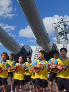 北濱孩子們,在珍珠港的密蘇里艦上,賣力演出。〈林蔡毓攝〉