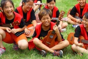 夏威夷嘉年華會的表演很成功,孩子們笑開懷。〈呂靜怡攝〉
