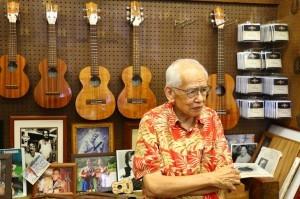 高齡九十的Kamaka烏克麗麗工廠第二代傳人Fred Kamaka Sr.為孩子們親自解說〈陳恆鳴攝〉