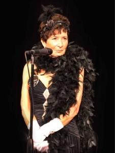 (圖一)總監Jill Ross談論即興劇場進行中的謀殺案
