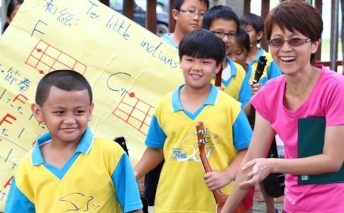 佳蓉老師〈右〉是北濱國小烏克麗麗社團的負責老師,關心孩子們的大小事。佳蓉老師〈右〉是北濱國小烏克麗麗社團的負責老師,關心孩子們的大小事。