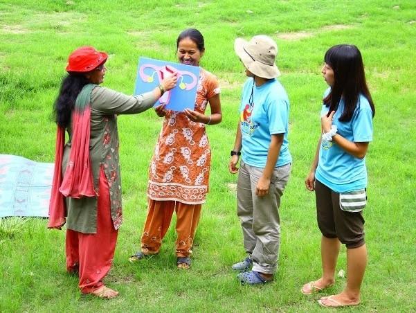 服務團以生動有趣的方式,帶當地婦女瞭解經期、孕期及更年期三個階段的衛教知識 。(照片由中興大學國際志工社提供)