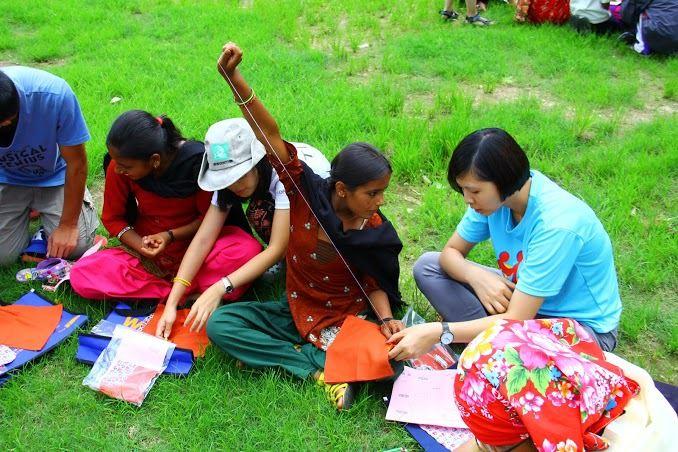 尼泊爾當地婦女的衛教觀念不足,長期使用不乾淨的布作為護墊,造成許多身體上的問題。服務團教導婦女縫製布衛生棉,讓她們養成定期更換的習慣。 (照片由中興大學國際志工社提供)