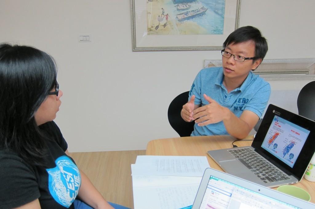 NPOst採訪鐘敏豪(右)。(張傳佳攝)