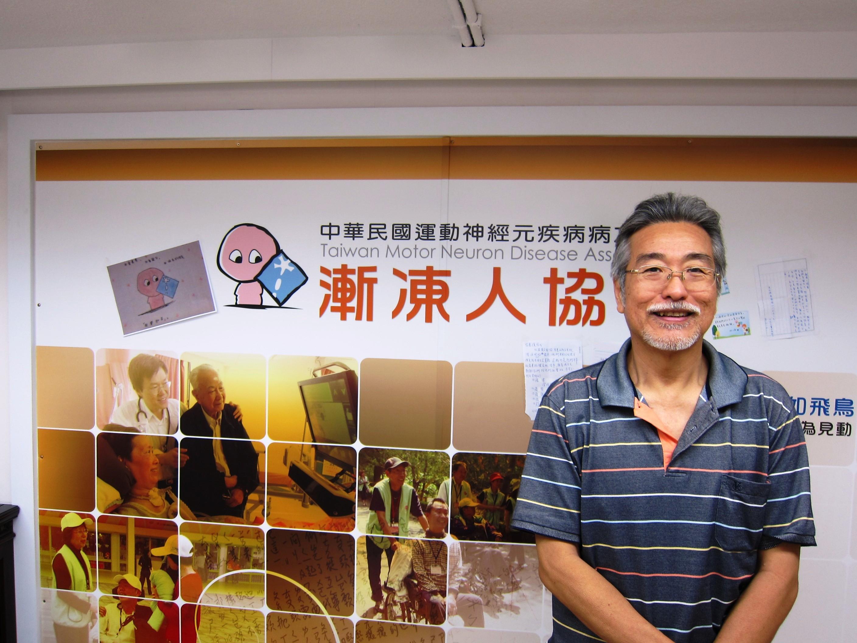 漸凍人協會理事長劉延鉅於辦公室一隅留影。(張傳佳攝)