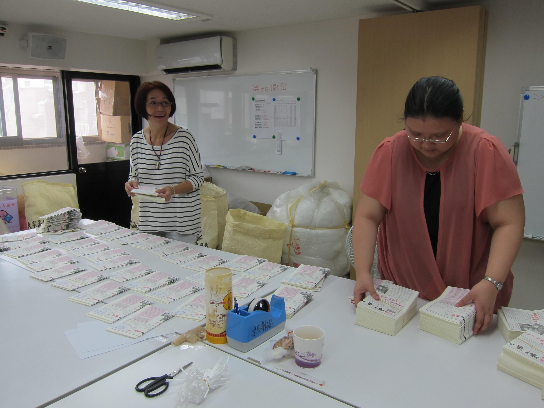 拜訪漸凍人協會之時,志工正在幫忙整理即將寄出的會訊。(張傳佳攝)
