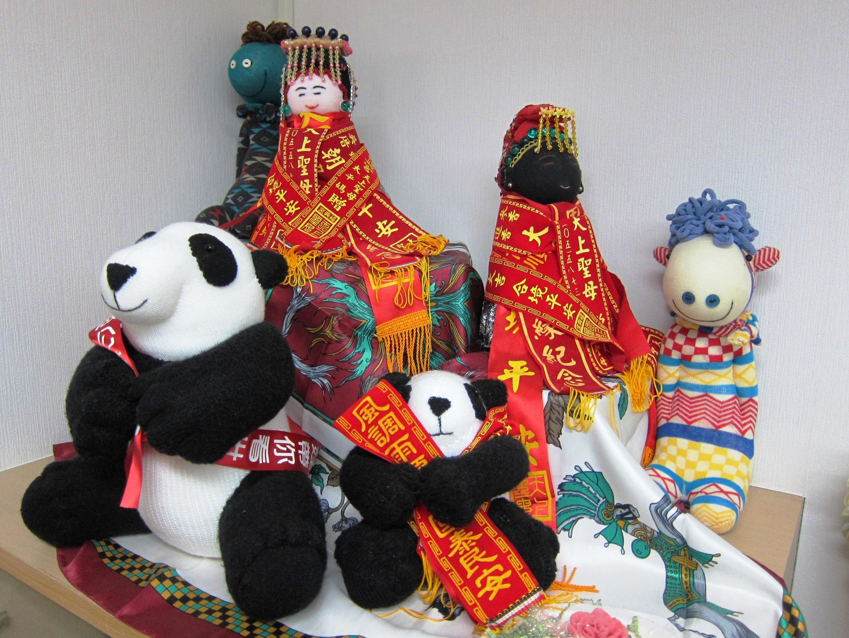 過去許多漸凍人的捐款,都是依靠義賣一隻隻的襪子玩偶。(張傳佳攝)