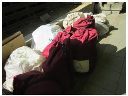 (社會局提供艋舺公園街友,可以將自己的物品放入袋內,即不會被清除)