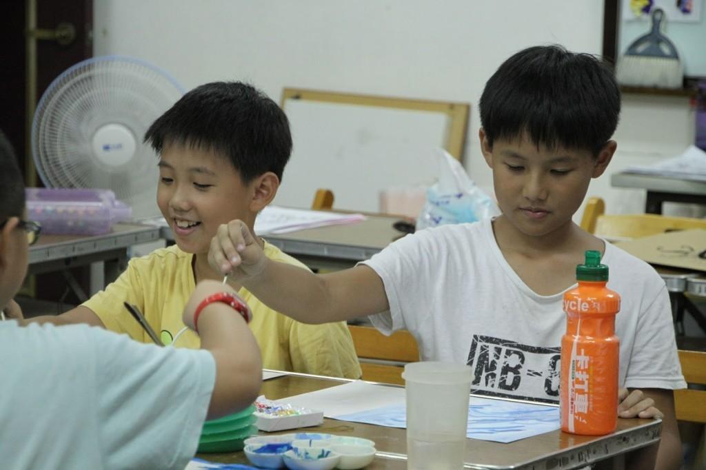 永和天恩1919服務中心,小朋友開心作畫〈中華基督教救助協會提供〉