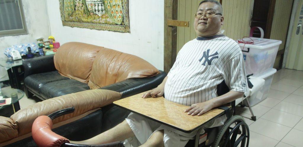 陳建燁因嚴重車禍導致全身癱瘓,須依賴旁人照顧。