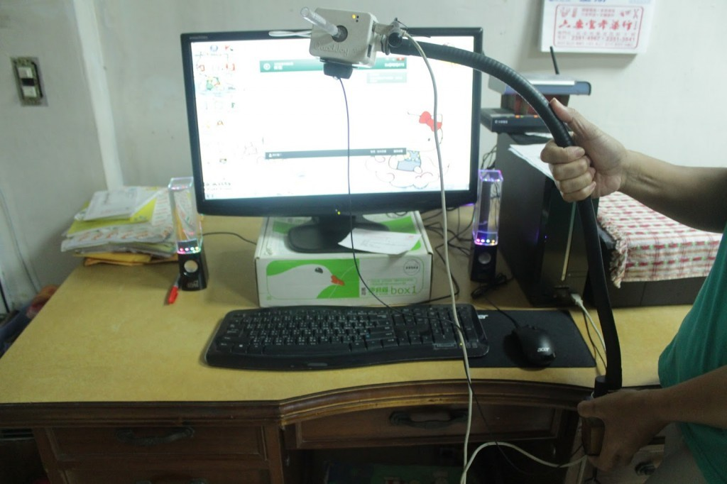科技輔具─吹氣開關,一般滑鼠的左右鍵是以嘴巴吸、吹氣來代替。