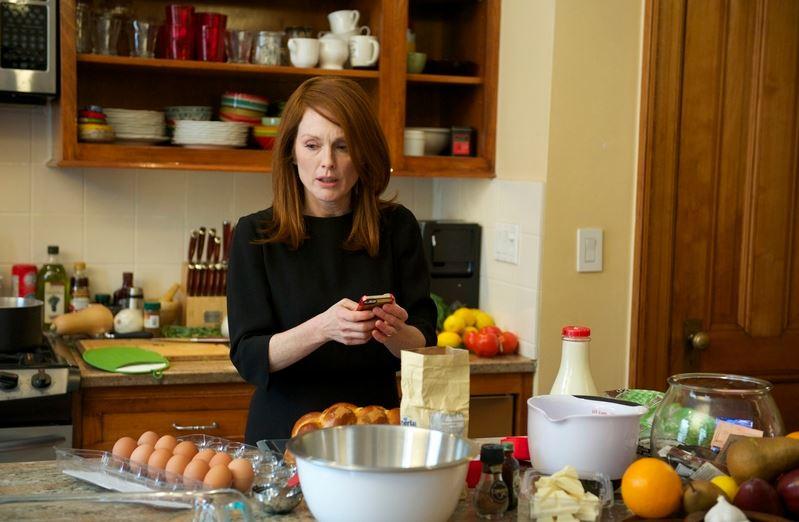 為了不讓家人發現自己忘記拿手料理的做法,愛麗絲藉故支開他們(圖片來源:Catchplay 官網)