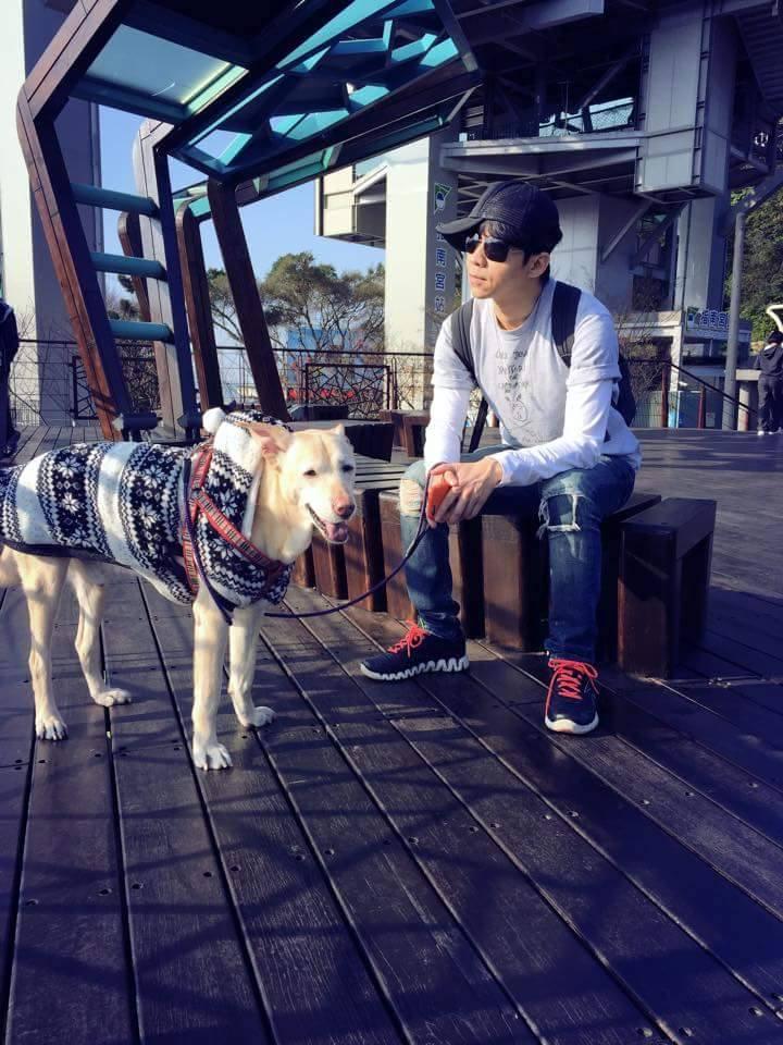光良常帶著狗兒子小 high 遊山玩水。(照片取自光良為小high開設的臉書專頁)