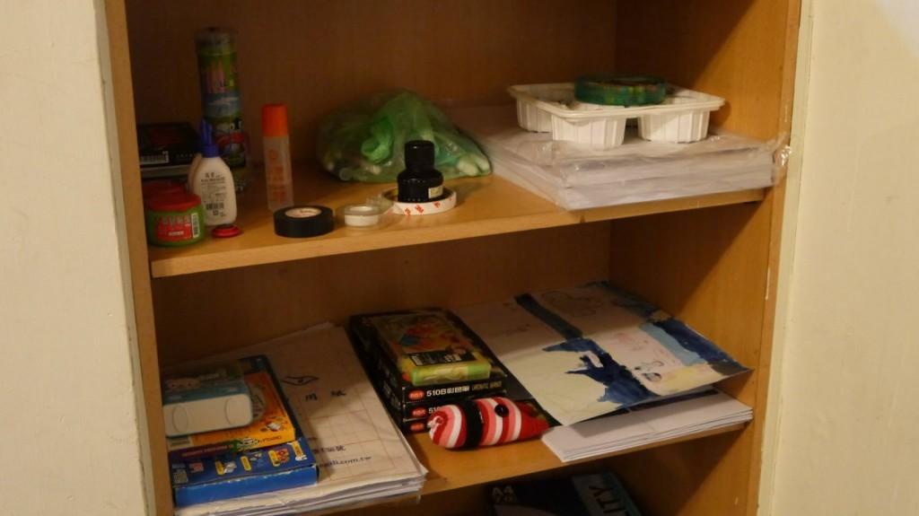 協會在櫃子中放置許多繪畫用具、美術材料及孩子們的作品。