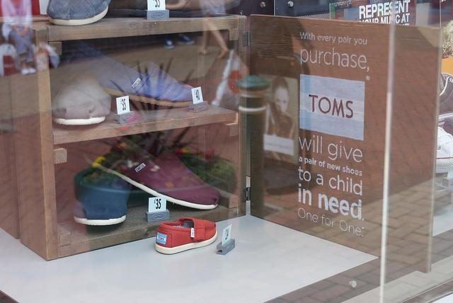 買一捐一的 Toms 帆布鞋