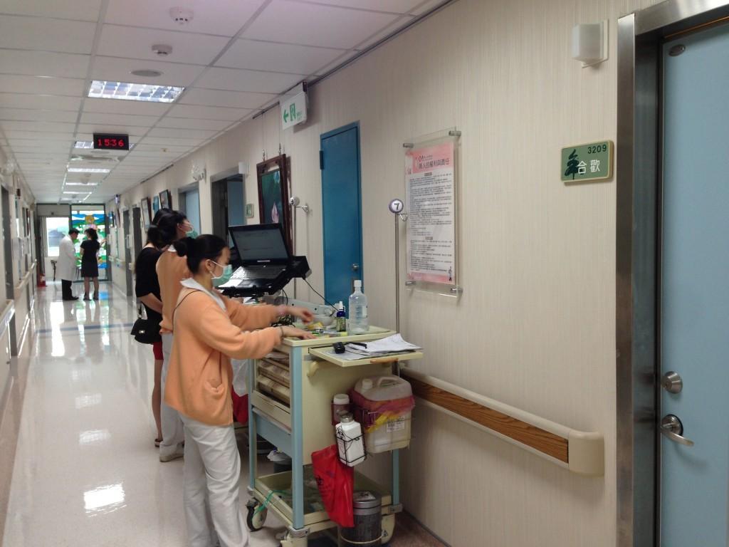 (病房以花、鳥命名,門牌也有別於一般醫院。)