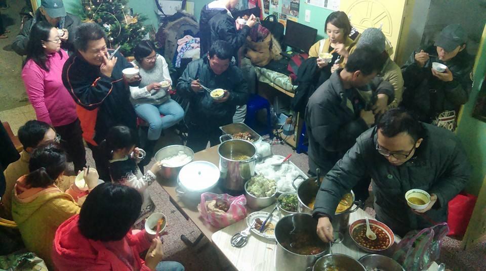 三水樓在冬至夜,邀請三個庇護所的住民,以及獨立在外租屋的前住民們回來團聚(圖片取自芒草心協會臉書粉絲頁)