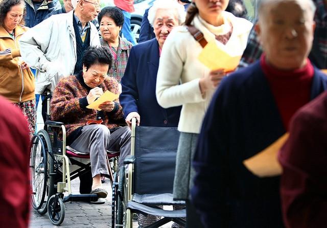 明田總統大選與立委選舉時,可以觀察中選會是否已改善投票所的環境、對障礙者足夠友善。(photo via River Wang@Flickr, cc License)