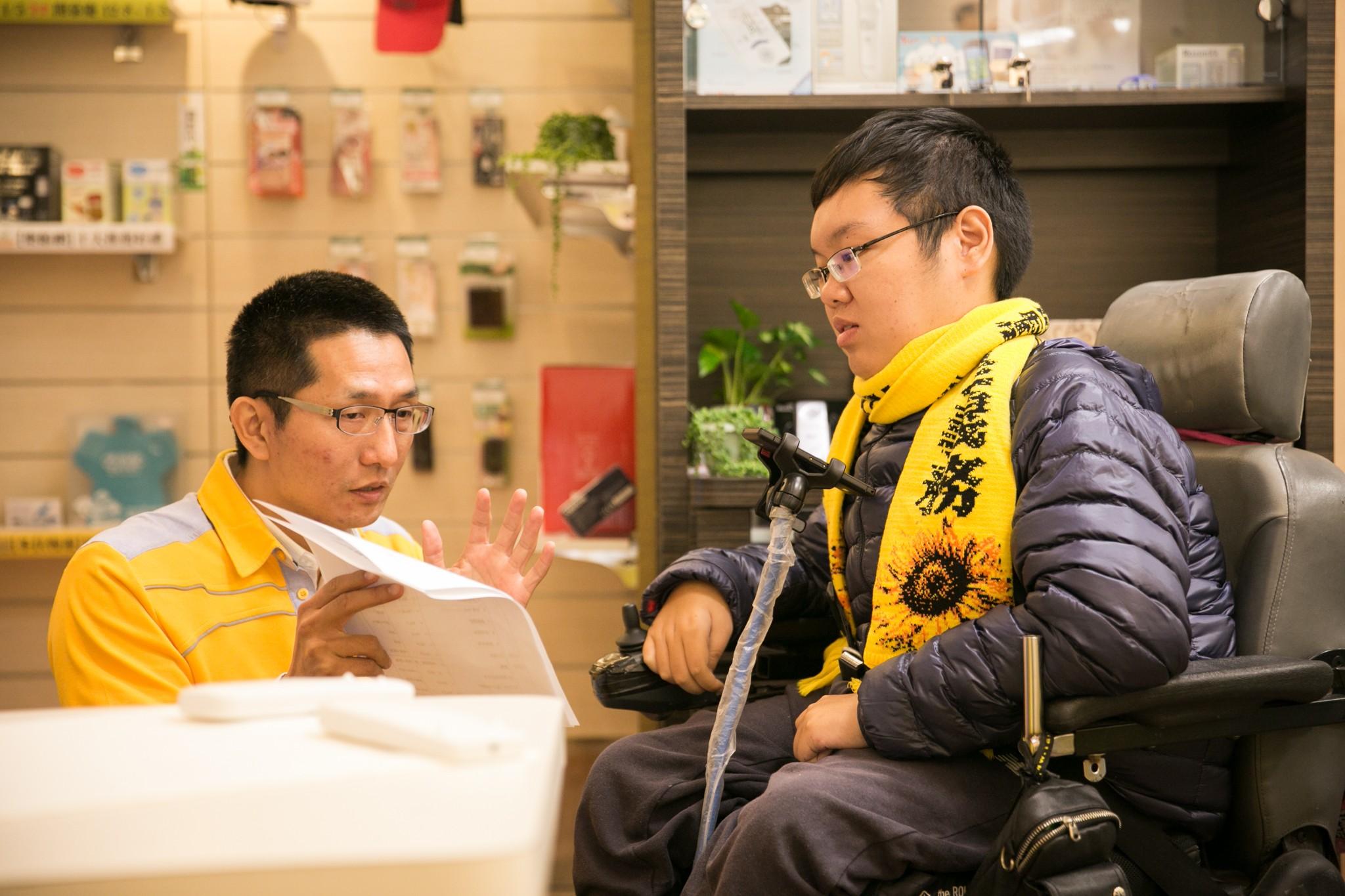 Jeff與身障朋友互動