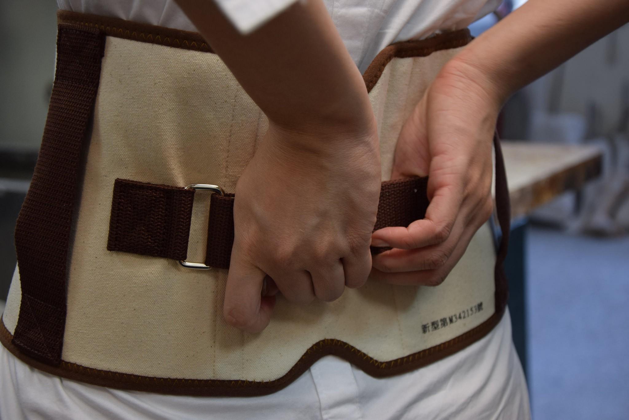 附有抓握繫帶的護腰(攝影:吳易珊)