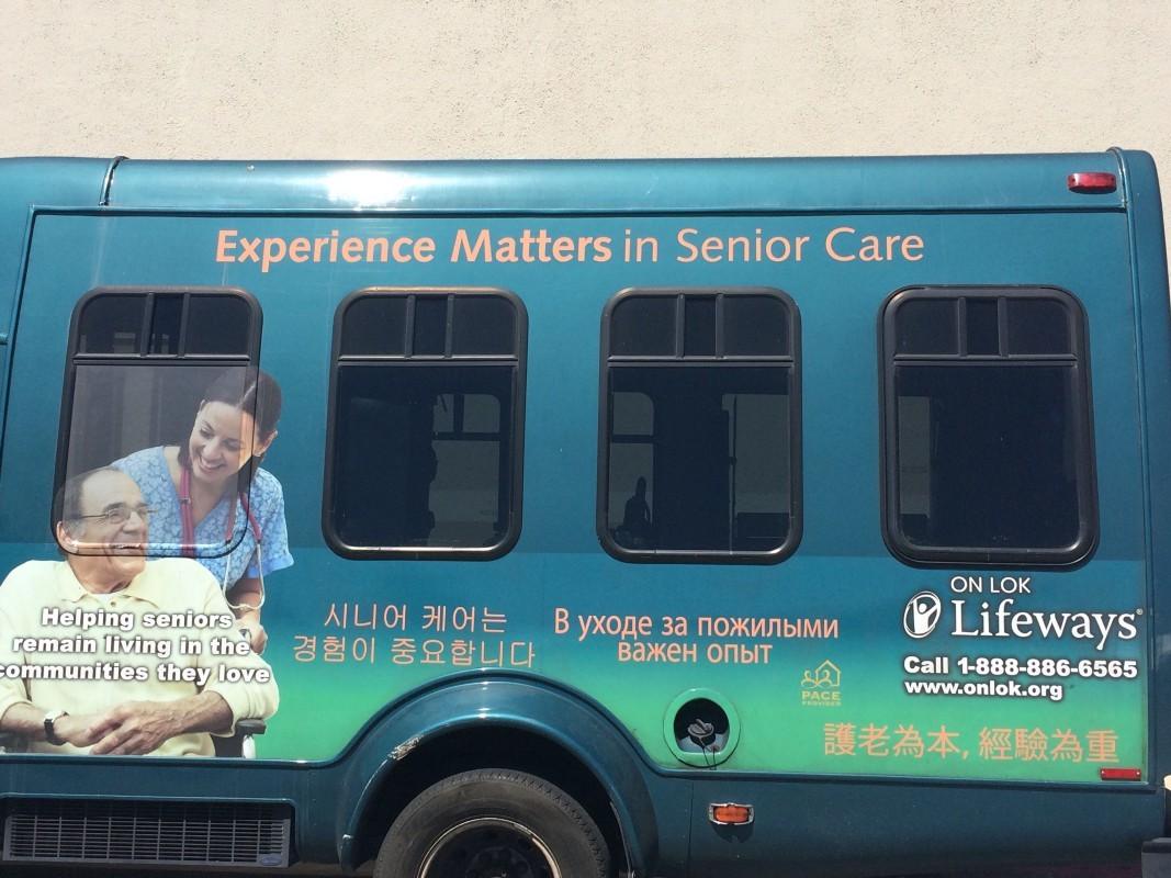 舊金山灣區人口與文化多元,也反應在安樂居的參與者上,從接駁巴士的外觀設計可以看出。(楊寧茵攝)