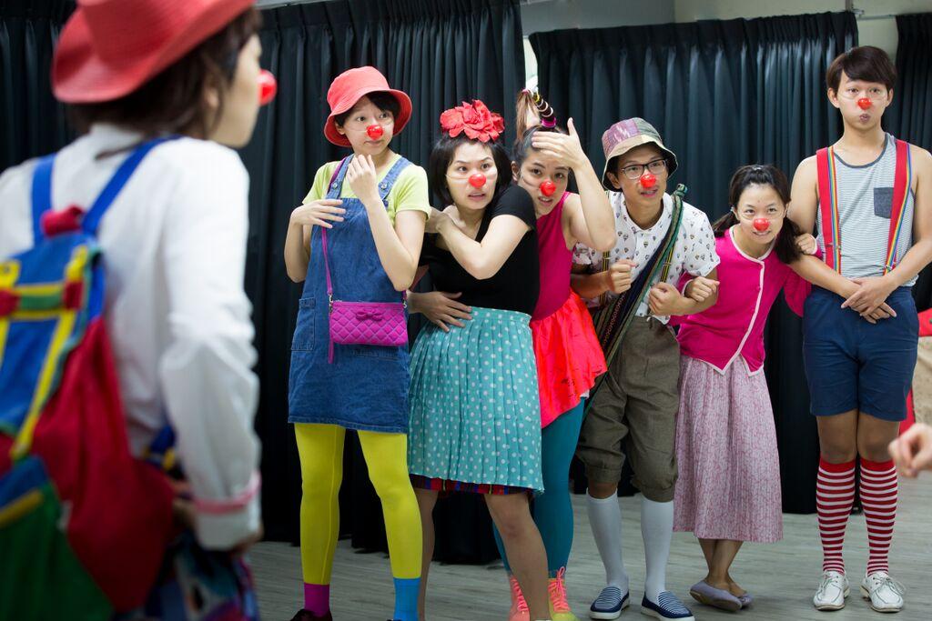 小丑生力軍(照片由沙丁龐客劇團提供。)