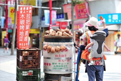 地瓜媽媽街頭販售(圖片來源:人安基金會)