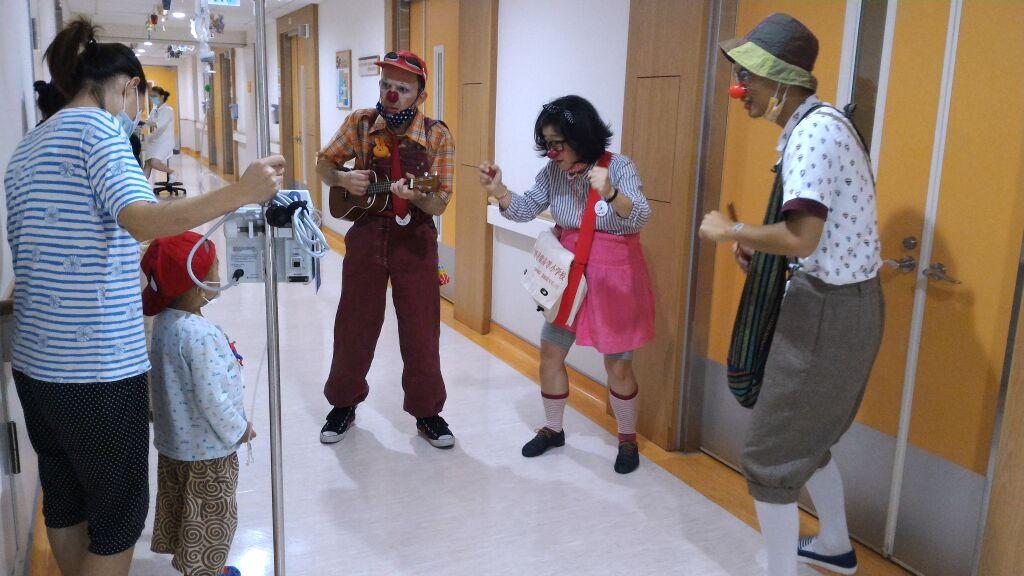 紅鼻子醫生的實地演出(照片由沙丁龐客劇團提供。)