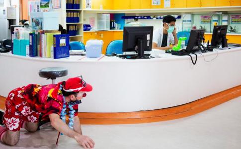 醫院裡的「小丑醫生」(照片來源:沙丁龐客劇團提供)