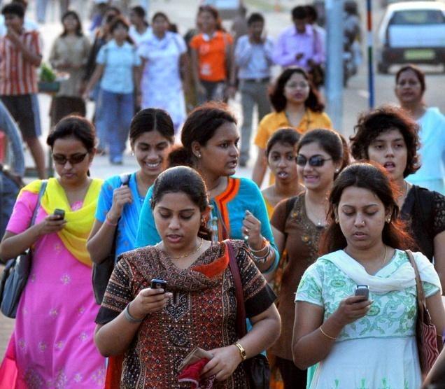 印度的手機普及率正在節節攀升中(photo via MUNSIF)