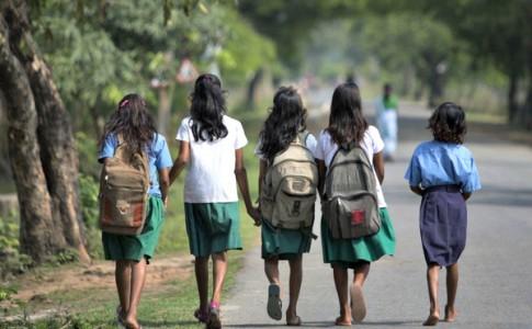 在阿薩姆邦行走 28 哩路去上學的印度孩子。(Photo Credit: Anupam Nath/AP)