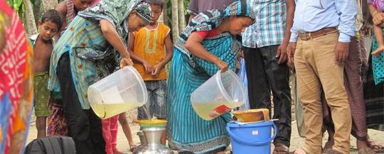 將濾紙放在裝水容器Kolshi上方,讓婦女裝水時就能將水過濾