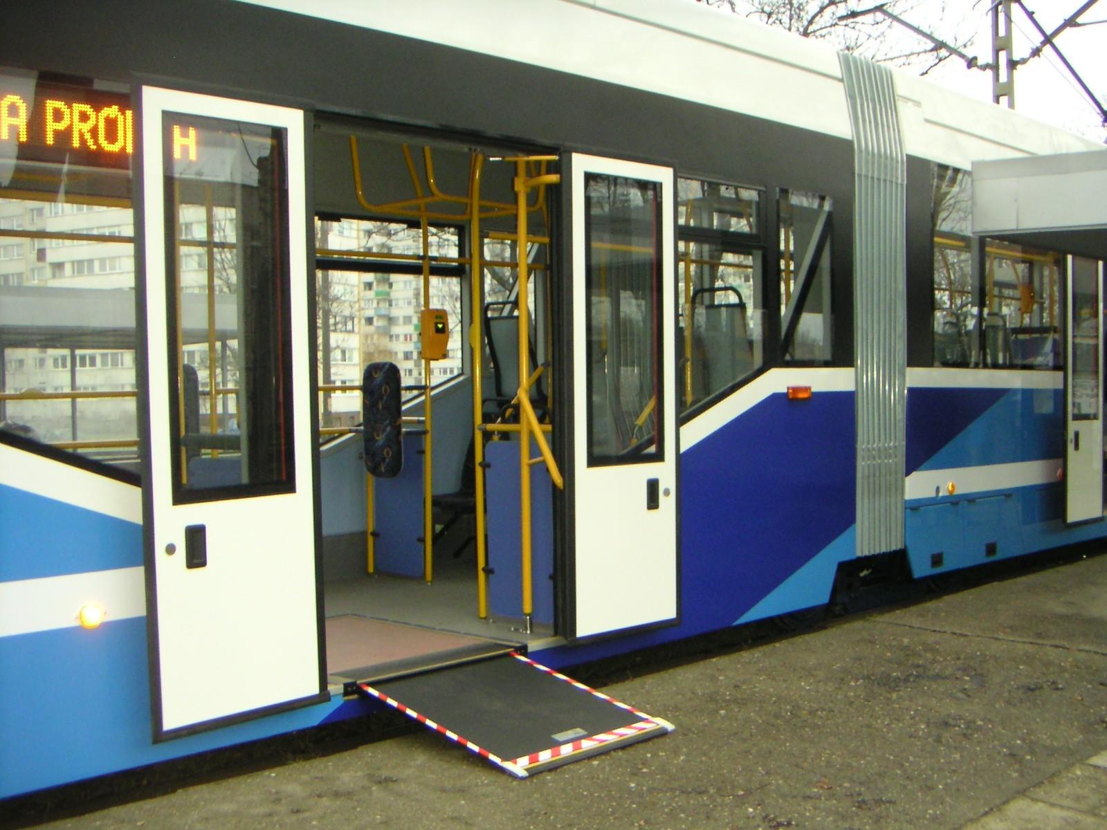 低底盤公車,提供行動不便的身障者一起搭乘大眾運輸系統的工具((照片來源:楊玉欣立委辦公室))
