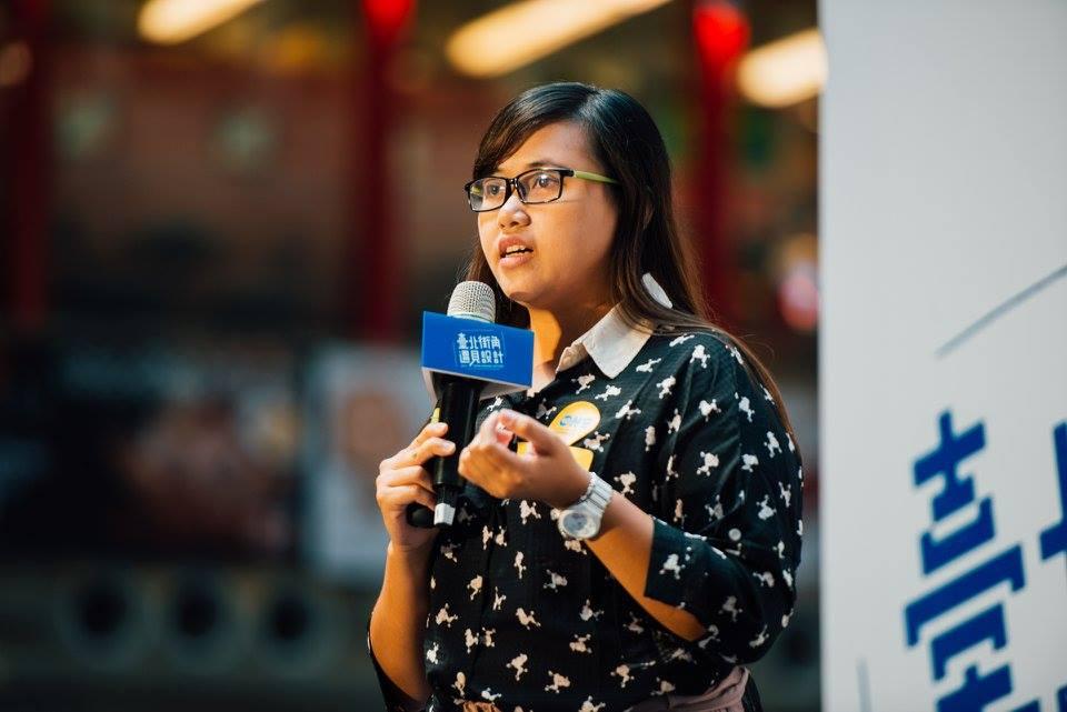 ( Yani 站上台與許多人分享她的家鄉。來源:one-forty facebook)