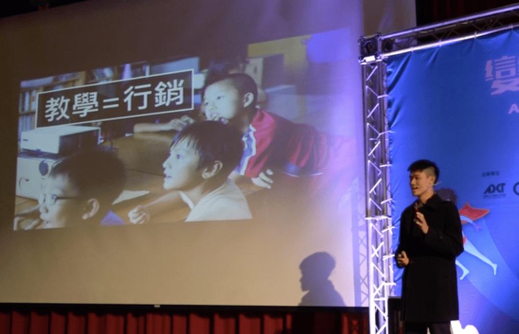 Lis線上教學平台到台東實地播放影片時,孩子們的眼神。(攝影:MISC. 科學與人文記錄)